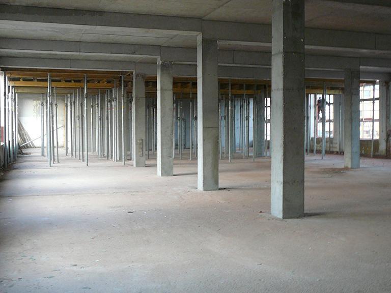 Wnętrze hali wtrakcie budowy